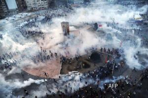 Taksim meydanı biber ve portakal gazı altında